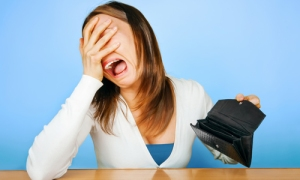 crying-woman-with-empty-wallet